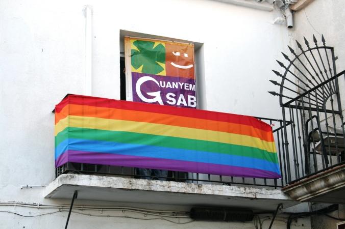 Bandera LGTBI a la balconada del despatx de GuanyemSAB 27-06-16 001