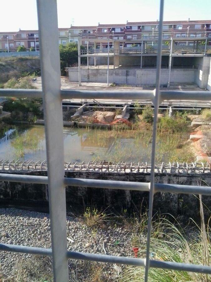 polideportivo embalsamiento agua vista desde el colegio